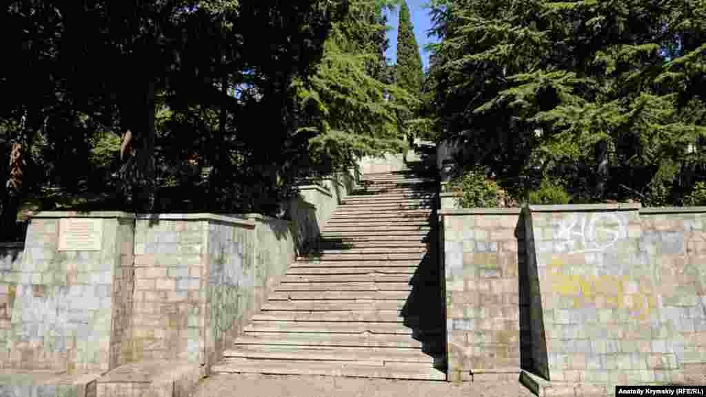 Парадний вхід меморіалу остаточно оформили 1982 року. До цього п'ять років поспіль тривала реконструкція меморіалу на місці старого Масандрівського кладовища