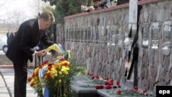 ویکتور یوشچنکو، در کنار بنای یادبود قربانیان چرنوبیل