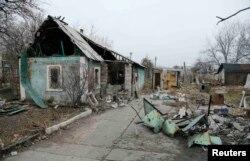 Зруйнований внаслідок бойових дій будинок недалеко від Донецького аеропорту. 18 листопада 2014 року