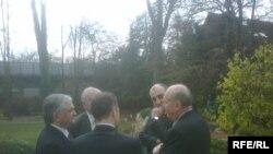 Министры иностранных дел двух стран и сопредседатели Минской группы ОБСЕ беседуют в саду резиденции генконсула Франции в Мюнхене, 22 ноября 2009 года