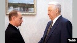 Президент Борис Ельцин (справа) и тогдашний глава правительства Владимир Путин, 1999 год