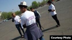 Гражданские активисты в Кыргызстане ведут кампанию против подкупа избирателей. Ош, 27 марта 2016 года.