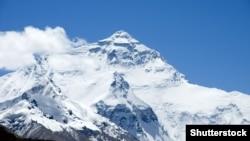Джомолунгма, архівне фото (Shutterstock). Обидві експедиції, в яких були українки, йшли північним маршрутом – гребенем, що ліворуч від вершини на цьому знімку