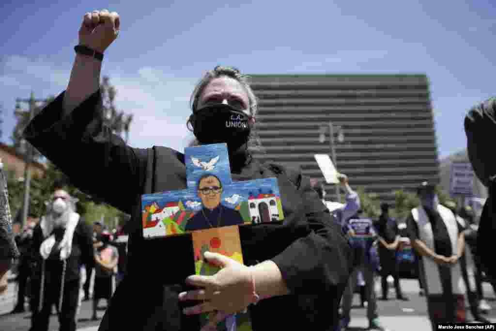Пастор объединенной методистской церкви Голливуда Бриди Робертс протестует в Лос-Анджелесе. 25 мая 2020 года.