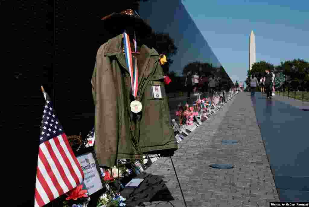 Ezt a rögtönzött emlékhelyet a látogatók állították a vietnami háború emlékműve előtt.Az amerikai hadseregben kivándorolt magyarok is harcoltak.