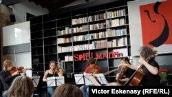 La repetiția unui cvintet de Mozart sub îndrumarea lui Steven Isserlis