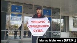 Бывший сотрудник полиции Альбек Ергазиев во время одиночного пикета в Уральске. 29 октября 2019 года.