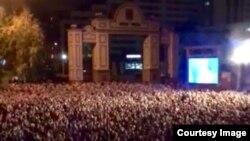 Тысячи красноярцев пришли на празднование юбилея Совмена в Красноярске. Перед ними выступили Леонид Агутин и Анжелика Варум
