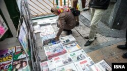 Iran -- People look at local newspapers on sale in Tehran, 25Nov2013