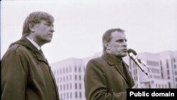 Мітынг БНФ, Юрась Хадыка і Сяргей Папкоў, красавік 1992. Фота Ул. Сапагова