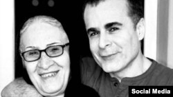 بهمن قبادی و مادرش. آقای قبادی این تصویر را در حساب کاربری اینستاگرامش منتشر کرده است.