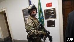 Представител на тактическия екип SWAT на ФБР