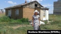 Камар Досмаганбетова стоит возле своего дома. Астана, 24 июня 2014 года.
