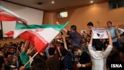 دانشجویان دانشگاه امیرکبیر در حین سخنرانی جلیلی به خواندن سرود «یار دبستانی من» پرداختهاند
