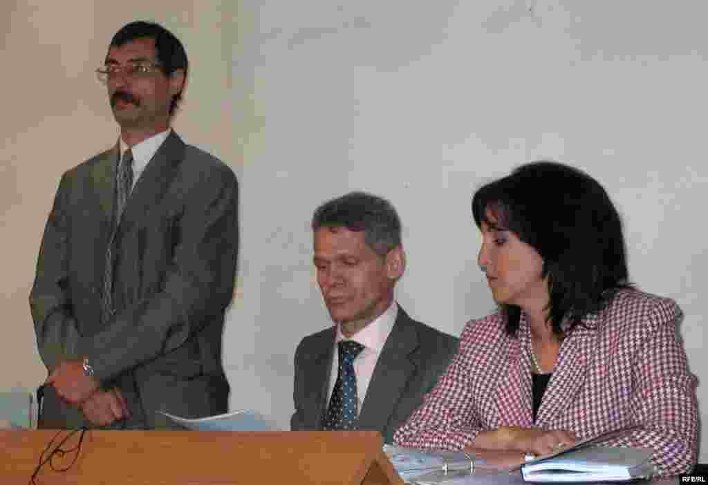 Подсудимый Жовтис и его адвокаты. - Правозащитник Евгений Жовтис (слева), его адвокат Виталий Воронов (в центре), и общественный защитник Вера Ткаченко (справа) в зале Балхашского районного суда. Баканас, 2 сентября 2009 года.