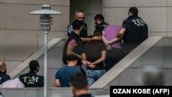 پلیس ترکیه در حال انتقال برخی از سربازان بازداشت شده به مقر دادگستری استانبول.