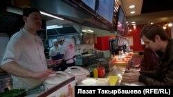 Moskvada Yapon restoranında qırğız işçilər