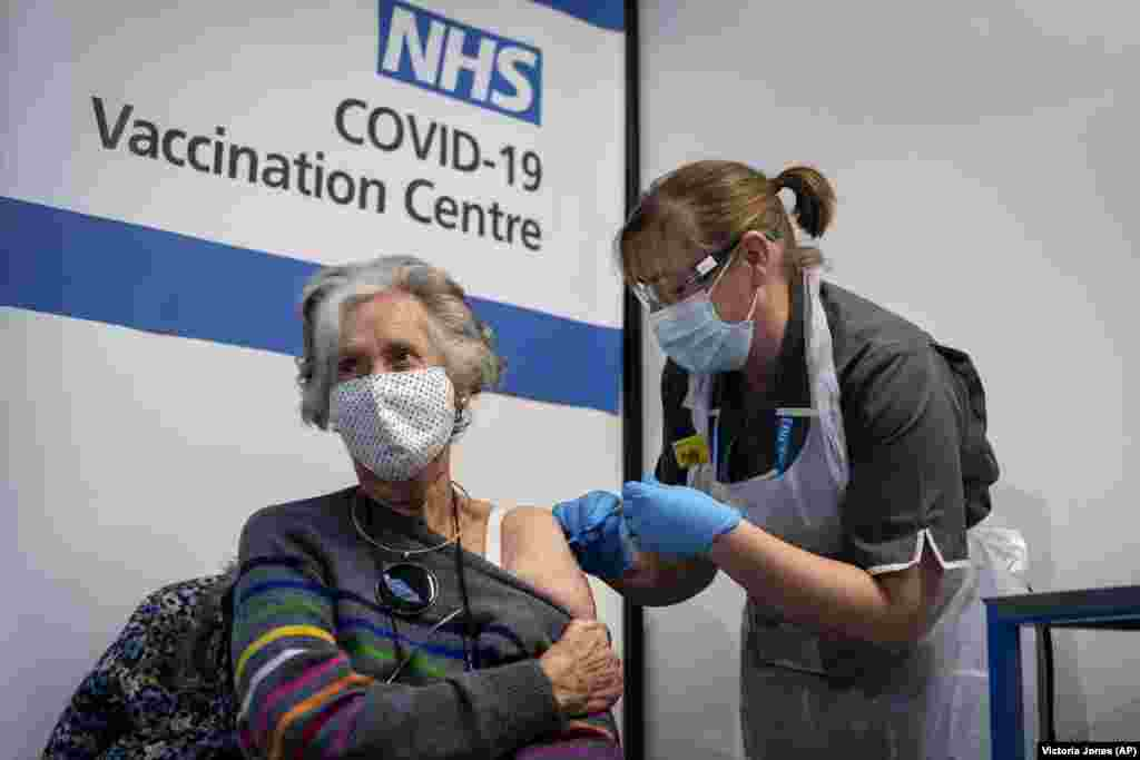 Доктор Дорін Браун, 85 років, отримує перше з двох щеплень Pfizer/BioNTech від COVID-19 у лікарні Гая в Лондоні, 8 грудня 2020 року. Органи охорони здоров'я Великої Британії представили перші дози широко протестованої і незалежно перевіреної вакцини від вірусу COVID-19