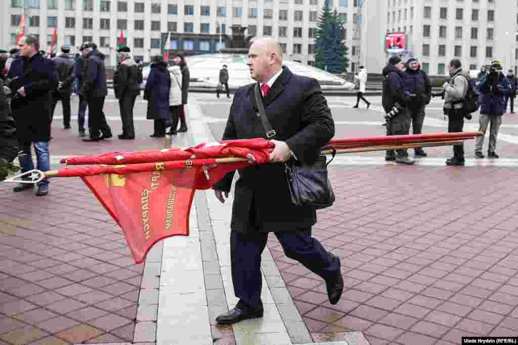 Удзельнікі мітынгу ўсклалі кветкі дапомніка Леніну, праслухалі некалькі маршаў іразыйшліся.