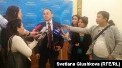 Министр информации и коммуникаций Казахстана Даурен Абаев (в центре) дает комментарии журналистам. Астана, 27 июня 2017 года.