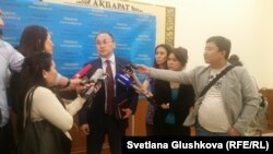Министр информации и коммуникаций Казахстана Даурен Абаев дает комментарии журналистам. Астана, 27 июня 2017 года.