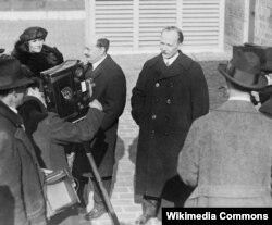 Людвиг Карлович Мартенс дает интервью американским репортёрам перед своим офисом в Нью-Йорке