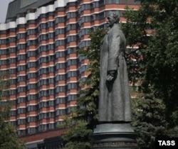 """Памятник Дзержинскому, снесенный во время путча 1991 года, в московском парке """"Музеон"""""""