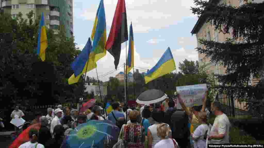 Дождь не испугал людей, которые пришли к Представительству Президента Украины в Крыму поддержать государственный язык
