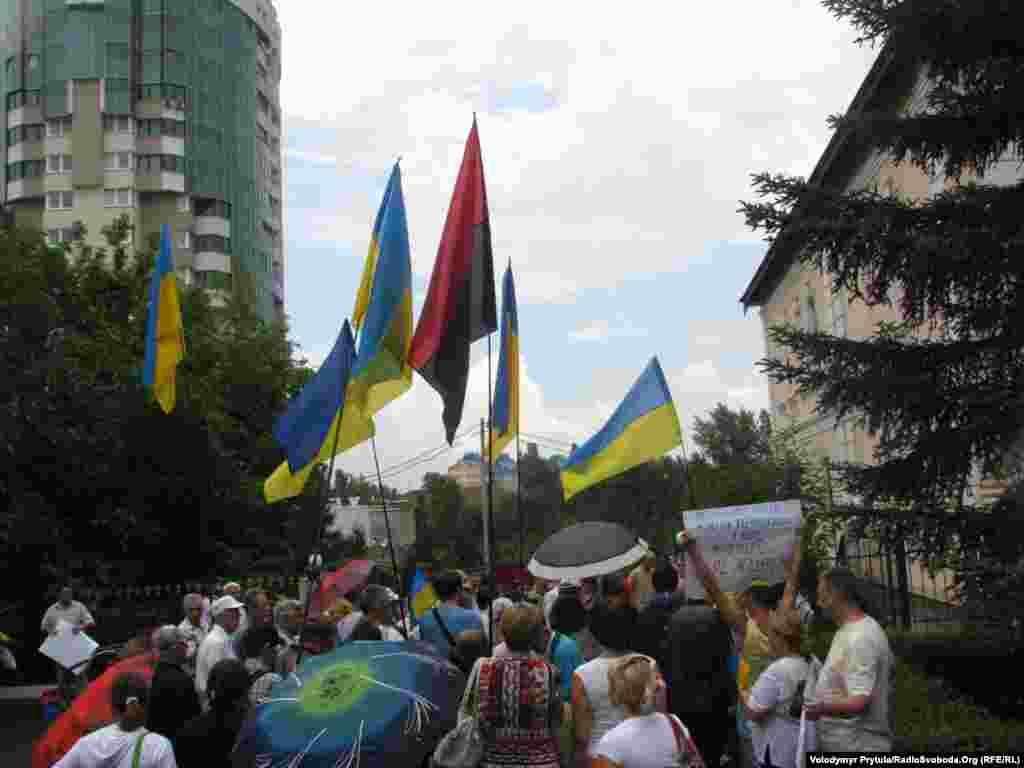 Дощ не злякав людей, які прийшли до Представництва Президента України в Криму підтримати державну мову.