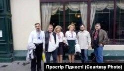 Представники української громади в Москві (фото надане Українським центром ненасильницького спілкування і примирення «Простір Гідності»)