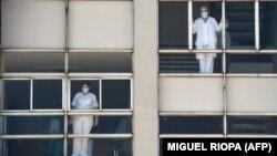 Медицински специалисти в болницата в град Коруня, Испания. Броят на жертвите в страната се увеличи до 10 000