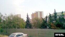 «Xalqlar dostluğu» metro stansiyasının üstündə, «Səhhət» klinikasının qarşısındakı ərazi