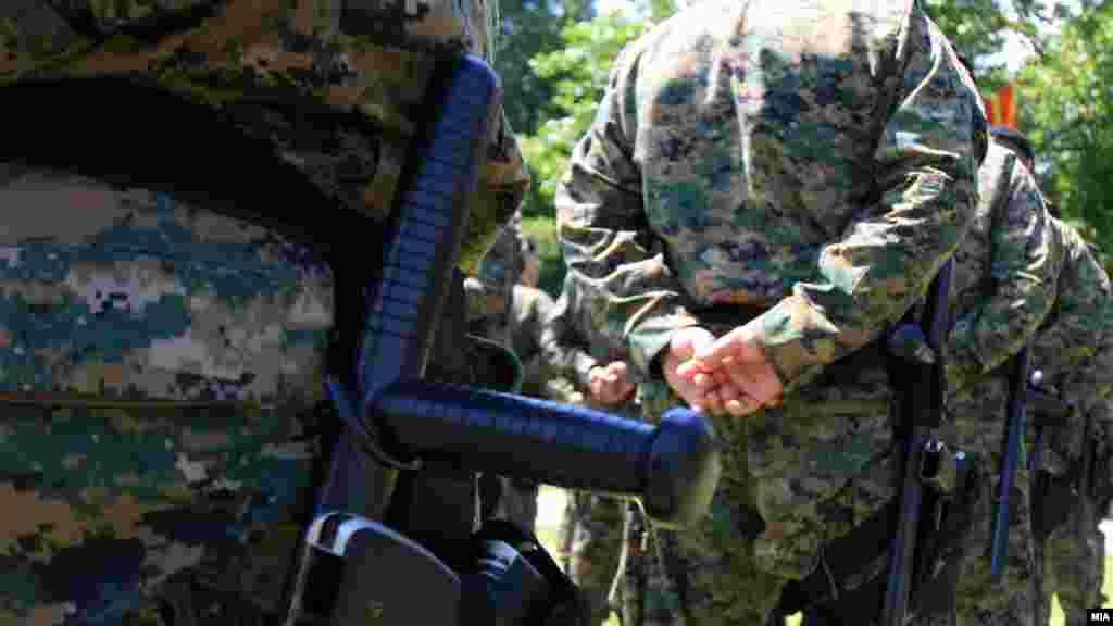 МАКЕДОНИЈА - Во тетовското село Ларце припадници на МВР застрелале едно лице при обид за негово приведување, откако тоа пружило отпор и фрлило рачна бомба кон полицајците, соопшти МВР.