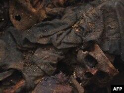 Останки тел в общей могиле, где похоронены погибшие во время конфликта (1960 год -1996 год). Гватемала, 16 июня 2010 года.