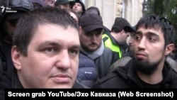 Бойовик батальйону «Пятнашка» контрольованого Росією угруповання «ДНР» Ахра Авідзба (зліва) під час протестів у Сухумі. Січень, 2020 рік