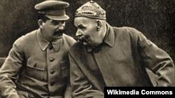 ماکسیم گورکی و جوزف استالین، سال ۱۹۳۱؛ گورکی خود از اولین روشنفکران متعهدی بود که پس از پیروزی بلشویکها مورد غضب لنین قرار گرفت و برای چند سالی به سورنتو در ایتالیا تبعید شد.
