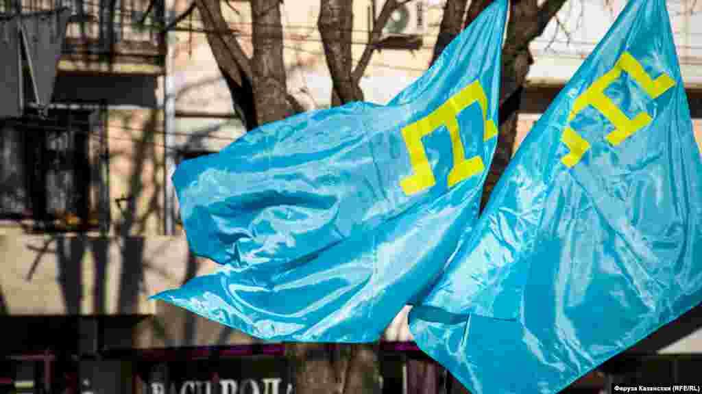 На мітингу люди тримали в руках кримськотатарські прапори