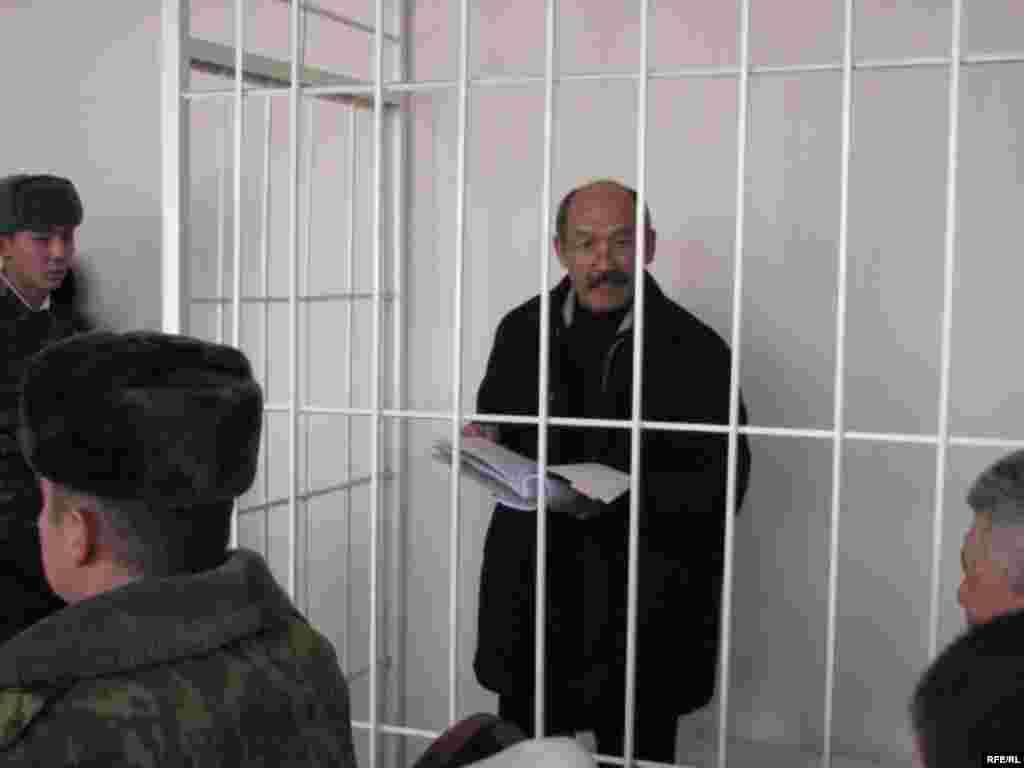 И. Кадырбеков айрым күбөлөрдүн көрсөтмөсү үтүр-чекитине чейин окшош экенин билдирди. - Kyrgyzstan -- A Trial of the Former Minister Ishenbay Kadyrbekov, Bishkek 20nov2008