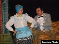 Оксана Січко у ролі Секлити. Вистава Ризького українського народного театру «За двома зайцями»