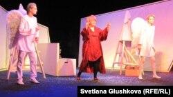 """Спектакль """"America for Russia подарила пароход"""" на сцене Государственного драматического театра имени М. Горького. Астана, 12 января 2013 года."""