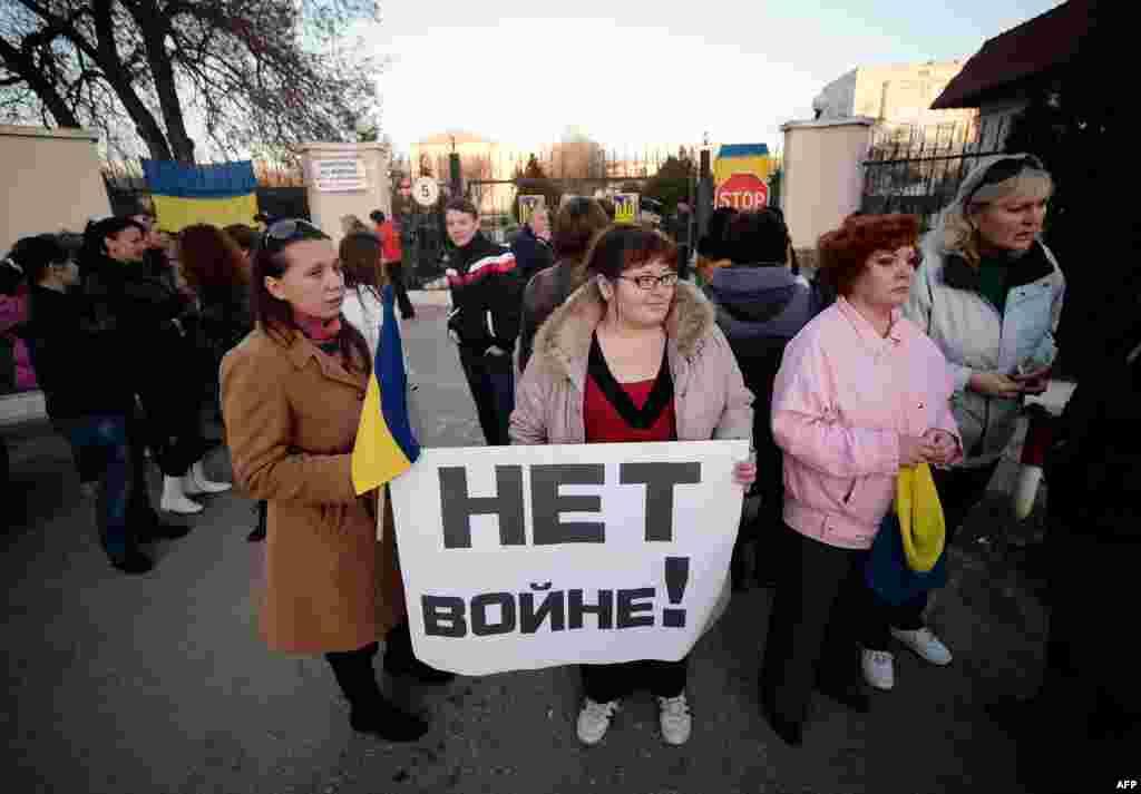 Ukrain askerleriniñ apayları Balbek ava limanı yanındaki arbiy qısımnıñ ögüne narazılıq numayışına çıqtılar. 2014 senesi mart 3 künü