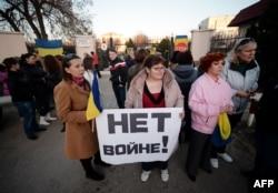 Жены украинских солдат во время митинга у воинской части 204 бригады тактической авиации в Севастополе. 3 марта 2014 года