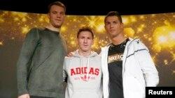 Շվեյցարիա - Ձախից՝ աջ. Մանուել Նոյերը, Լիոնել Մեսին և Կրիշտիանու Ռոնալդուն «Ոսկե գնդակ» մրցանակի հանձնման արարողությունից առաջ, Ցյուրիխ, 12-ը հունվարի, 2012թ.