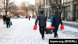 У засніженому Сімферополі електрогенератори далі залишаються популярним товаром, Крим, 31 грудня 2015 року