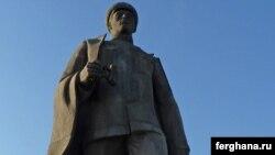 Памятник генералу Сабыру Рахимову в Ташкенте.