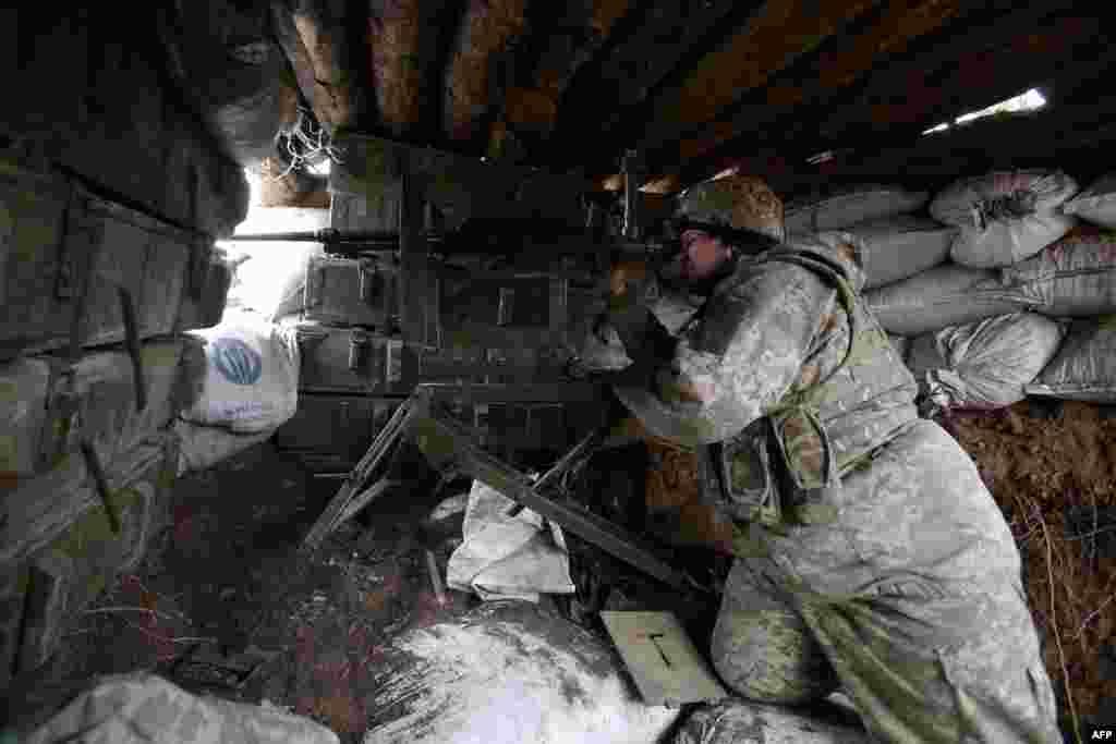 Солдат в бункере украинских правительственных сил рядом с Авдеевкой в Донецкой области. 5 апреля 2021 года.