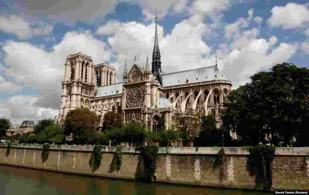 Именно в соборе Парижской Богоматери проходили многие самые значимые события в истории Франции - от открытия в 1302 году первого парламента страны, Генеральных Штатов, и бракосочетания Маргариты де Валуа с будущим королем Генрихом IV в 1572-м, до коронации Наполеона Бонапарта императором французов в 1804 году.