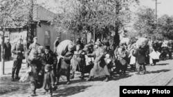 Evrei deportați în Transnistria (Fotografie de la Muzeul Memorial al Holocaustului din SUA)