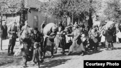Evrei deportați în Transnistria, iulie 1941-iunie 1942. (Foto: Muzeul Holocaustului de la Washington, prin amabilitatea Arhivelor Naționale şi a Administrației Documentelor din Statele Unite)