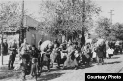Нацистер басып алған Бессарабияда еврейлерді концлагерьге әкетіп бара жатыр. 1941 жылдың шілдесі мен 1942 жылғы маусым аралығында түсірілген сурет.